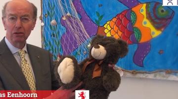 De burgemeester van Vlaardingen wenst de kinderen succes met de start op school